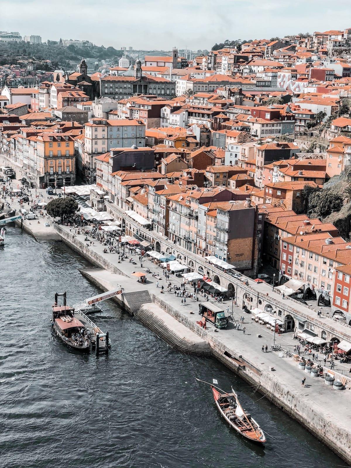 Blick von der Ponte Dom Luís I auf Portos Ribeira.